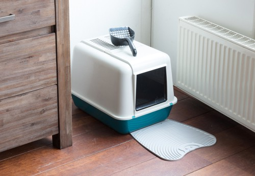 Enclosed cat litter tray with walk out panel to stop tracking